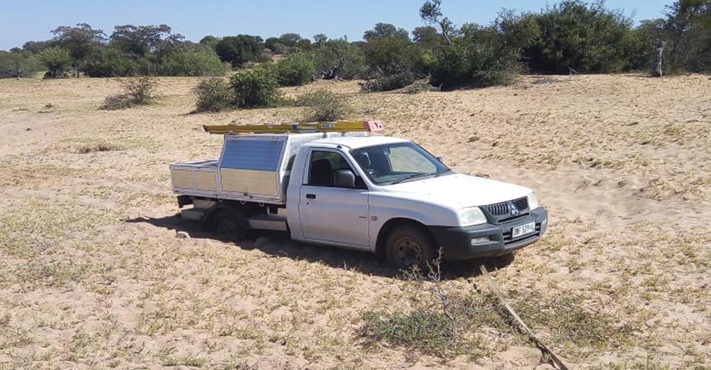 """Auf dem Weg zu einem vernetzten Kühlschrank im ländlichen Südafrika – ein Außendiensttechniker """"versandet"""" auf der Fahrt zum Lokal."""